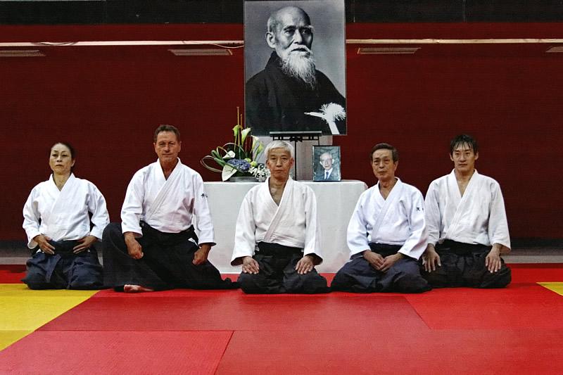 De gauche à droite, Okamoto Yoko, C. Tissier, Doshu Ueshiba Moriteru, Asai Katsuaki, Suzuki T. (photo FFAAA)