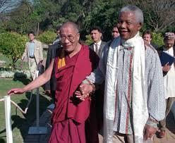 SS le Dalaï-Lama et le Président Nelson Mandela ,main dans la main