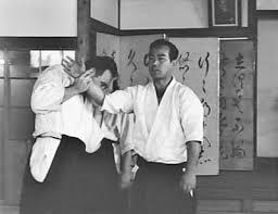 Tohei Koichi démontrant le bras impliable