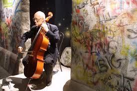 Mstislav Rostropovich devant le mur de Berlin